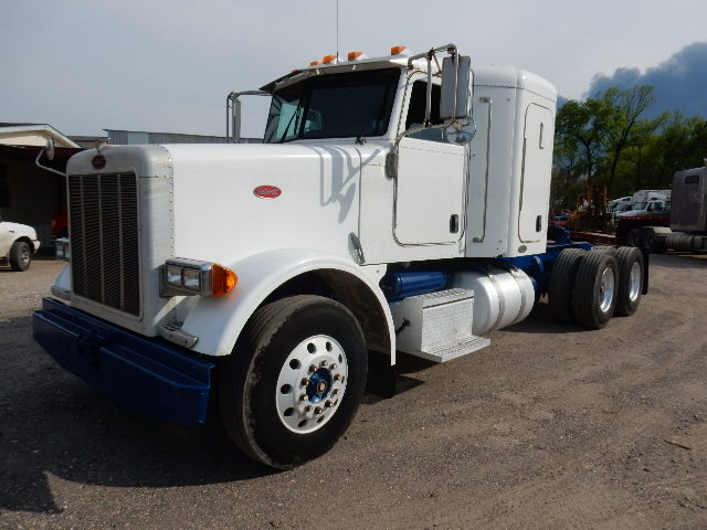 Front side view of white and blue 2005 model Peterbilt 378 truck tractor for sale in Channelview, Tx - Houston, Tx showing truck and sleeper cab